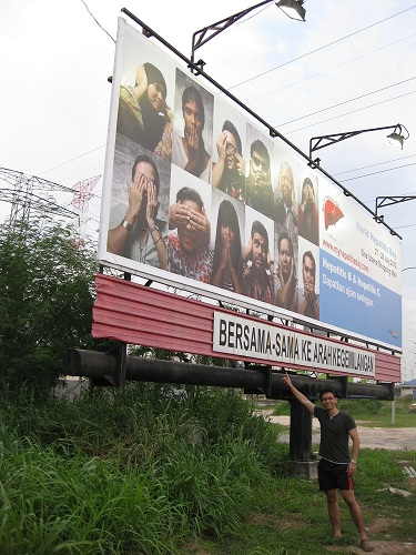 Melvin Tong with BIG Tree's World Hepatitis Day 2012 billboard at Glenmarie