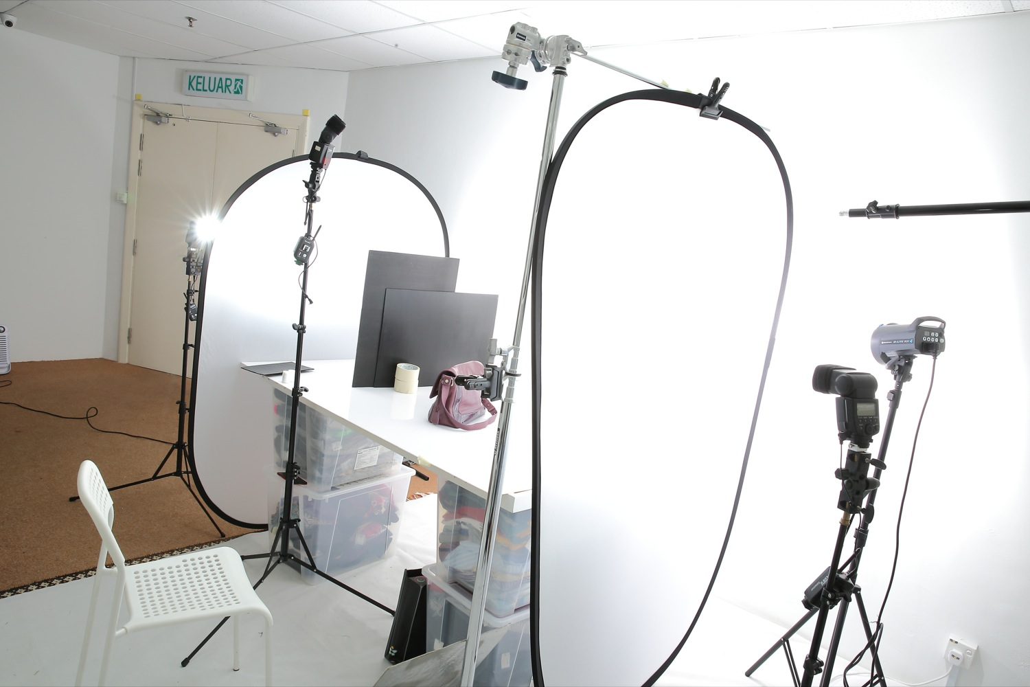 BTS: Professional product photography lighting setup by Mudframes on white background and white acrylic surface